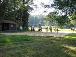 hraní plážového volejbalu