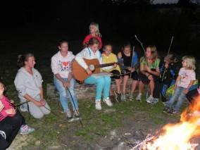 hraní a zpívání u ohně