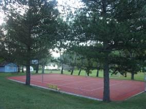 pohled na basketbalové hřiště