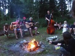 Hudebníci u táboráku