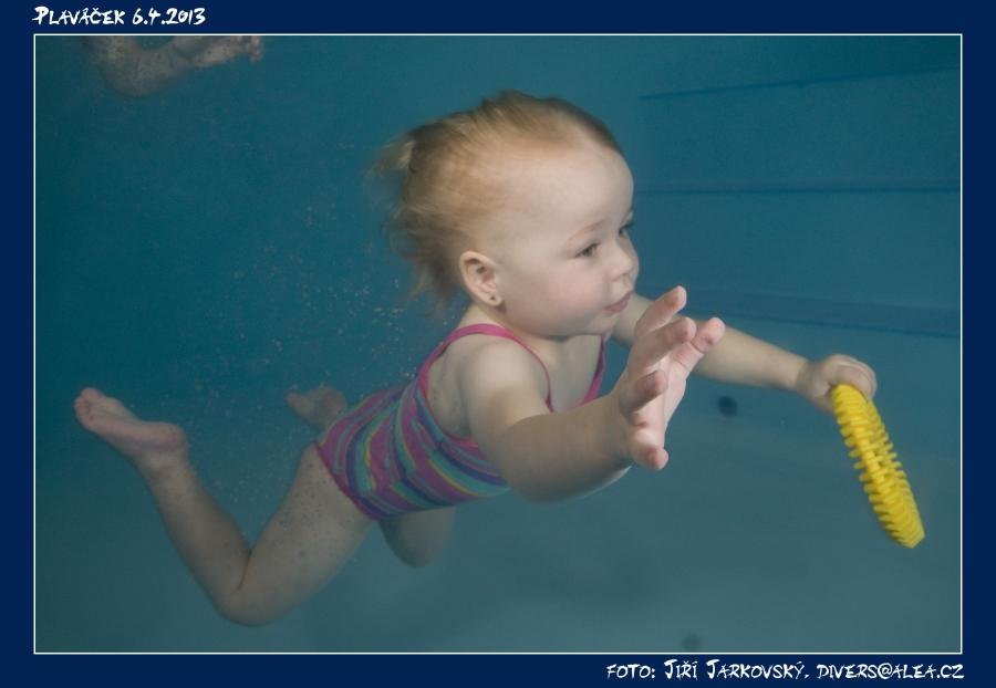 holčička pod vodou