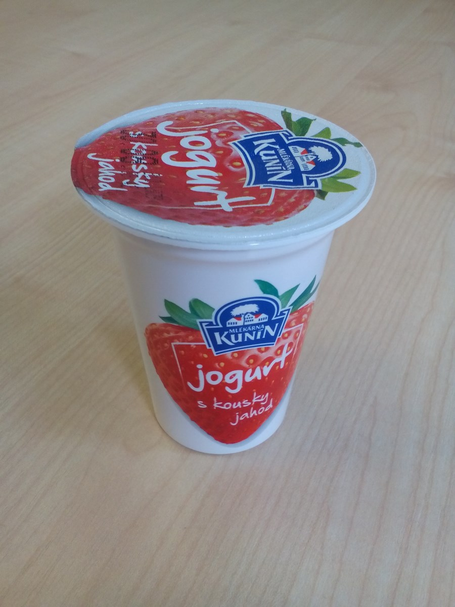 Jogurt s kousky ovoce