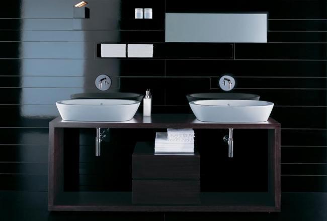 2 umyvadla v koupelně