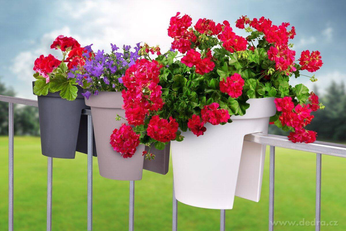 květináče na zábradlí